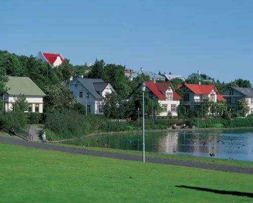 冰岛人民就十分相信,在很多地方都建着各式各样的小屋子,方便小精灵住