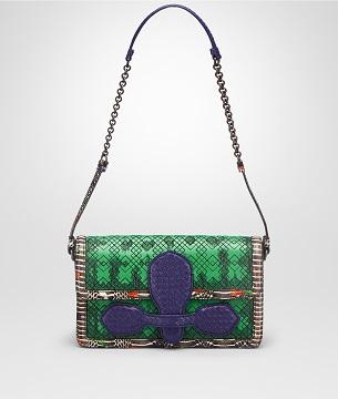 年的典藏作品中汲取灵感,手工编织的山羊皮,手绘黄环林蛇皮和刺绣