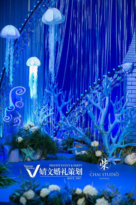 婚礼内场被海底城堡,浪漫沉船,水母等海洋生物装点成深海世界
